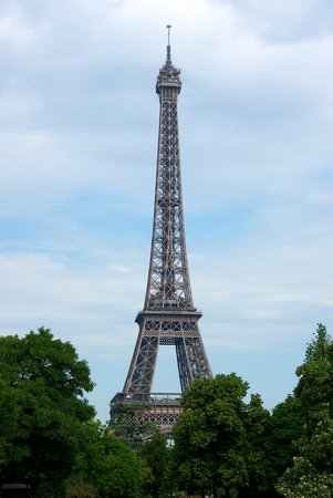 París, Francia: View of Tower from nearby Park