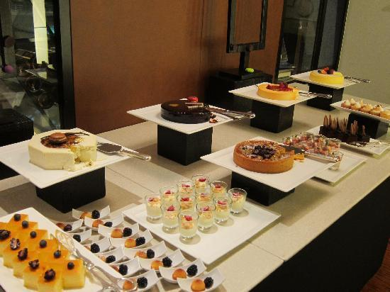 Sunday brunch dessert table picture of anantara siam for Table 52 sunday brunch