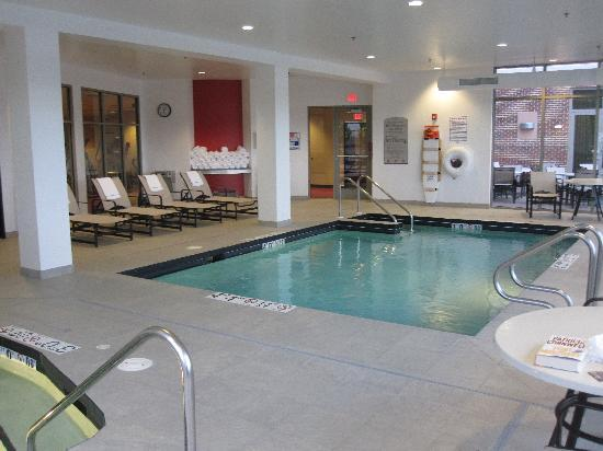 Cambria Suites Green Bay: Pool