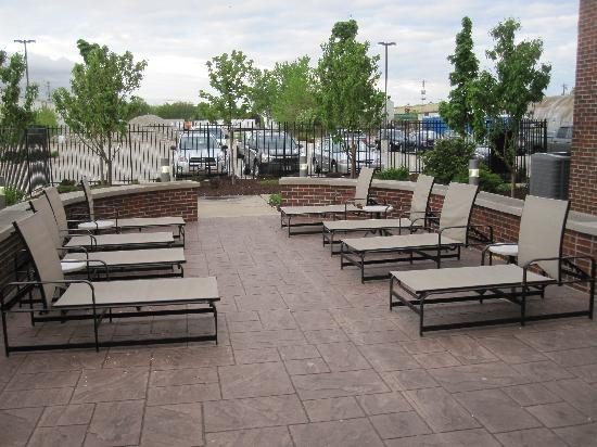 Cambria Suites Green Bay: Outside seating