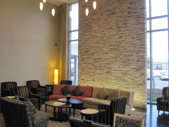 Cambria Suites Green Bay: Lobby reception area