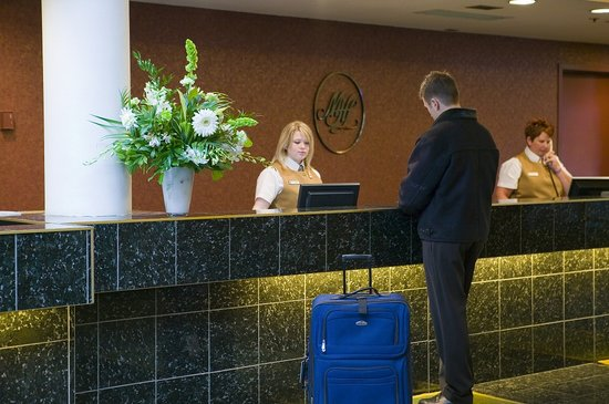 Medicine Hat Lodge Resort, Casino & Spa: Front Desk