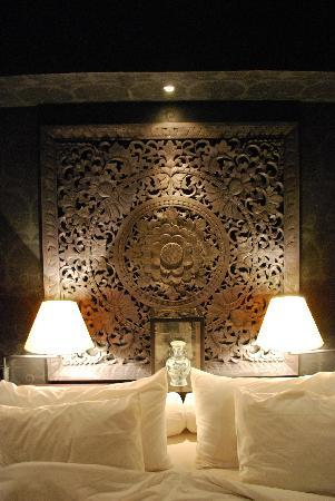 Pantai Lovina, Indonesia: wood carving above the bed