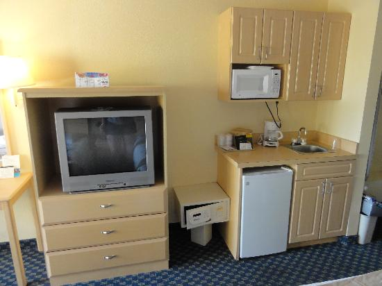 Baymont Inn & Suites Kissimmee : TV, Heladera y mas
