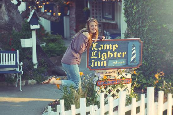 Lamp Lighter Inn &amp; Sunset House Suites: Wife + sign