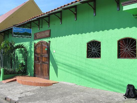 Turrialba Bed and Breakfast: Front of the building.