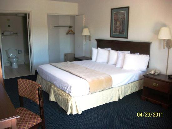 Days Inn And Suites Duncan/Spartanburg: King Size bedroom