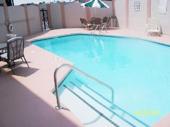 Days Inn And Suites Duncan/Spartanburg: Pool