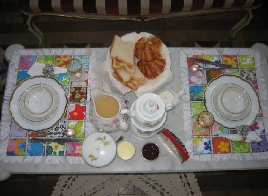 Hostal L' Antic Espai: Romantic Breakfast