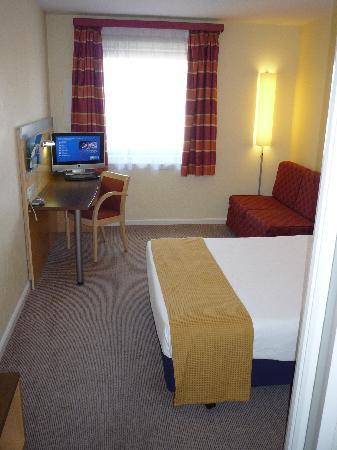 Holiday Inn Express London-Newbury Park: the room