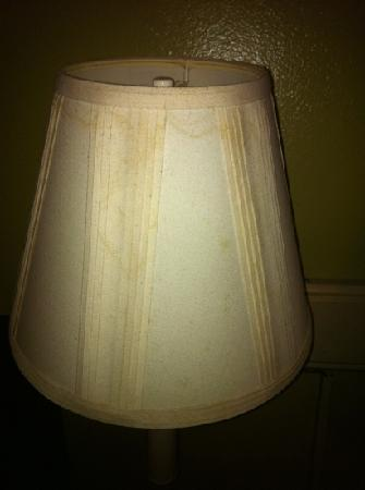 Casa Bella Resort: Eww dirty lamp shades to go along with the bad smell in the room