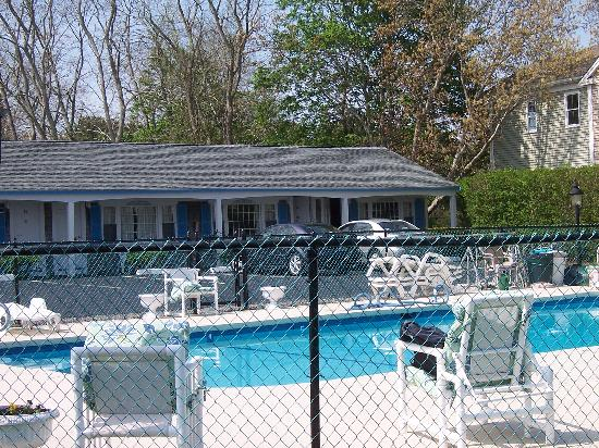 A Beach Breeze Inn : The pool & Classic Cape Style Rooms