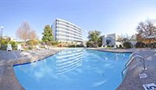 Holiday Inn Winston - Salem - University Parkway: Outside pool