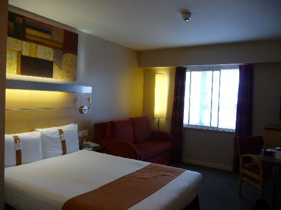 Holiday Inn Express London-Limehouse: vue de la chambre avec sofa 2 places