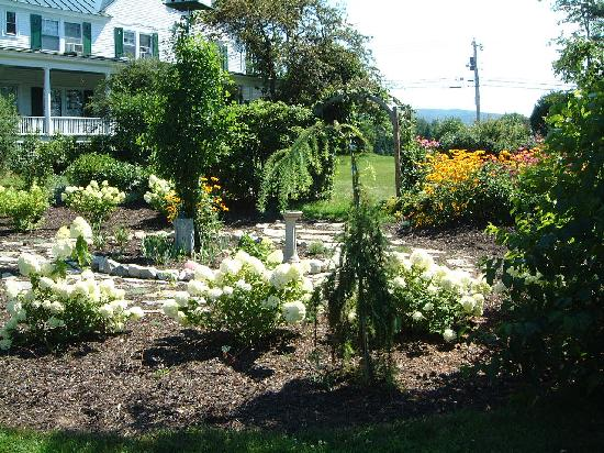 Shaker Hill Bed and Breakfast: Lovely gardens