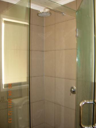 Orchid Grove Country Lodge: shower
