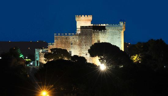 , : El Castillo de Castelldefels de noche