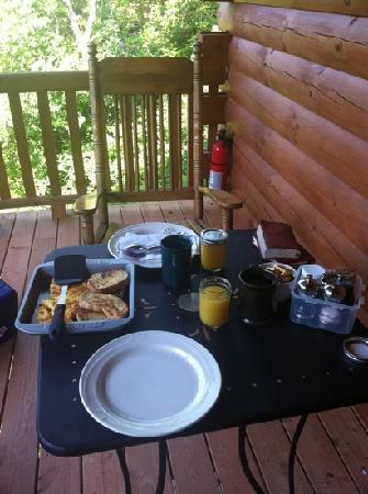 Cripple Creek Bed and Breakfast Cabins: breakfast on the cabin porch
