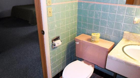 Julie's Park Cafe & Motel: Room 2-Bathroom 1