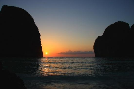 Maya Bay Sleep Aboard: SUNSET BETWEEN THE CLIFFS
