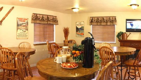 GuestHouse Lodge Sandpoint: Very Comfortable Breakfast Area