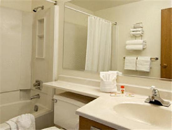 GuestHouse Lodge Sandpoint: Clean &amp; Spacious Bathrooms