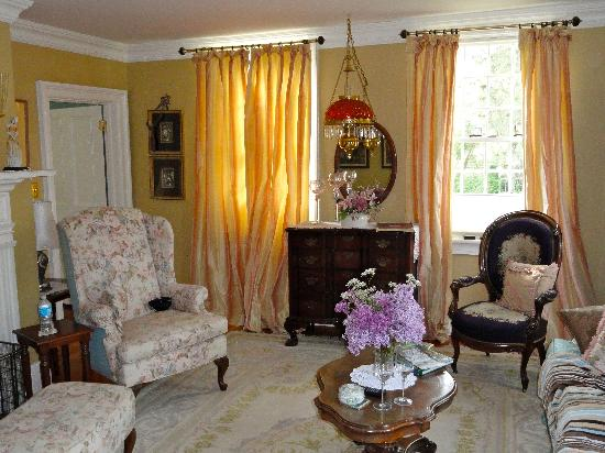 Annette Twining House: Sitting Room of the King George Suite