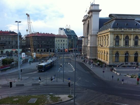 Golden Park Hotel: keleti train station outside our window