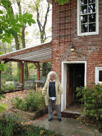 Ashland Mountain House B&B: My sister outside the brick cottage