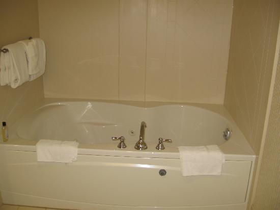 Wingate by Wyndham Lake George: jacuzzi tub