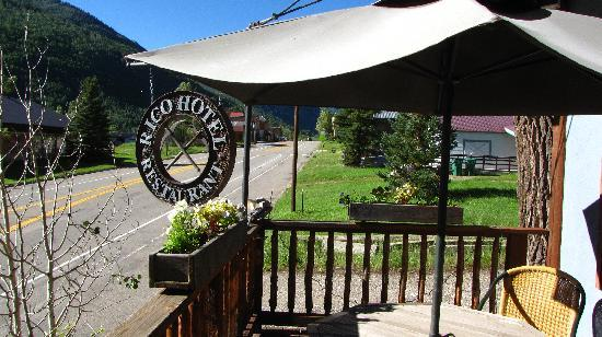Rico Hotel Mountain Lodge: Enjoy a cold drink from our bar on the deck