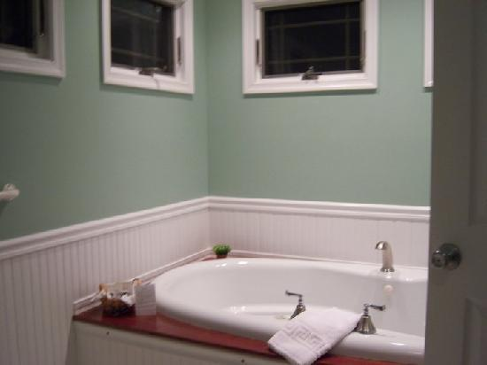 Cottages at Chesley Creek Farm: Ridge Bathroom