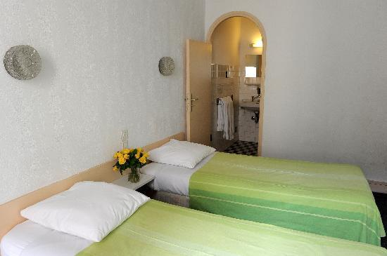 Hotel Cybelle: Double room incl.  douche & w.c.