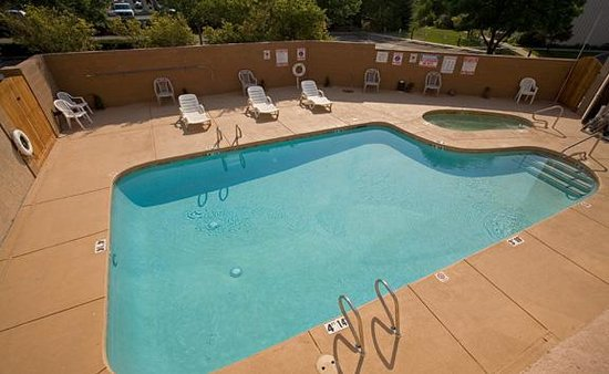 Econo Lodge Inn & Suites : Pool