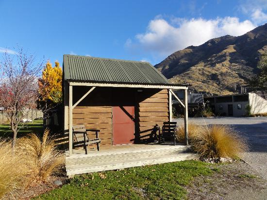 Shotover Top 10 Holiday Park: Deluxe cabin(inside)