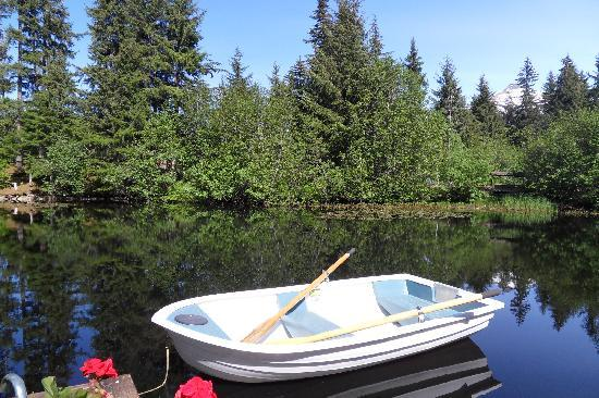 Pearson's Pond Luxury Inn and Adventure Spa: Boat waiting to be rowed on the Pond!