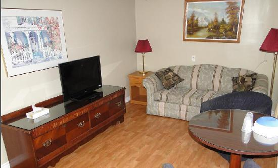 Homeward Inns of Canada: Living Room in Jr. Suite