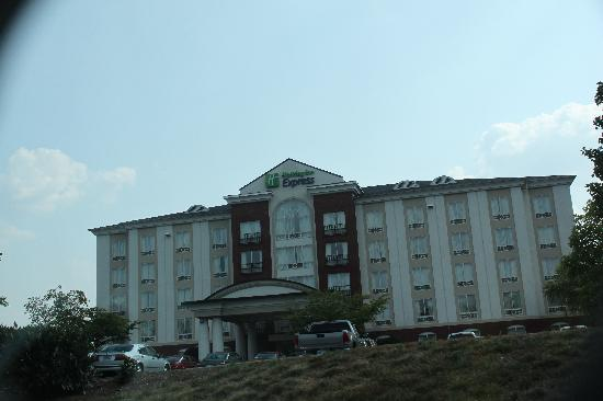 Holiday Inn Express Hotel and Suites Chattanooga-Lookout Mountain: Driving up to the hotel
