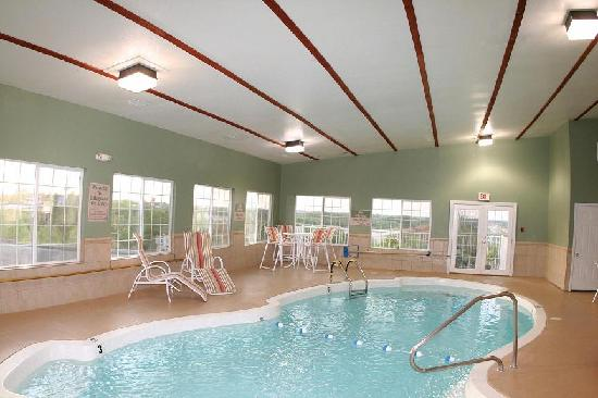 GuestHouse Inn &amp; Suites Osage Beach : GuestHouse Osage Beach Pool 