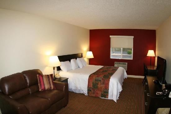 GuestHouse Inn &amp; Suites Osage Beach : GuestHouse Osage Beach King Suite 
