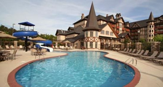 The Inn at Christmas Place: Outdoor Pool with 85 foot Waterslide