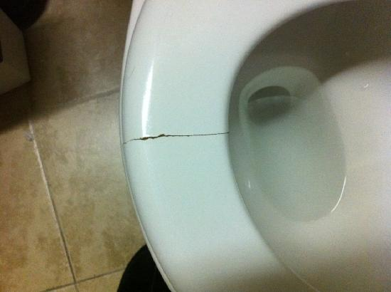 Woogo Times Square Place: cracked toilet seat gave painful pinch