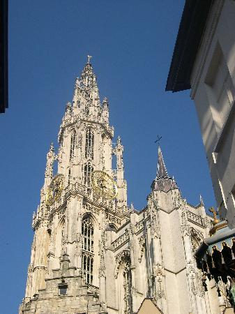 Antwerpen, België: The towers of the cathedral