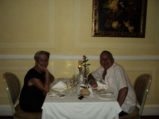 Hacklewood Hill Country House: Enjoying dinner