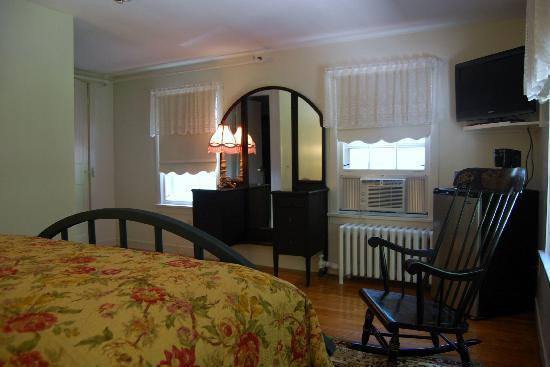 Oxen Yoke Inn, Motel & Cottages: Standard Room in the Inn
