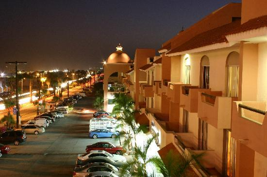 Hotel & Suites Las Palmas: Front of the Hotel at Night