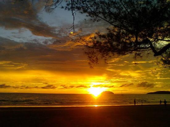 Sabah, Malezja: The Beautiful Sunset at Tanjung Aru Beach