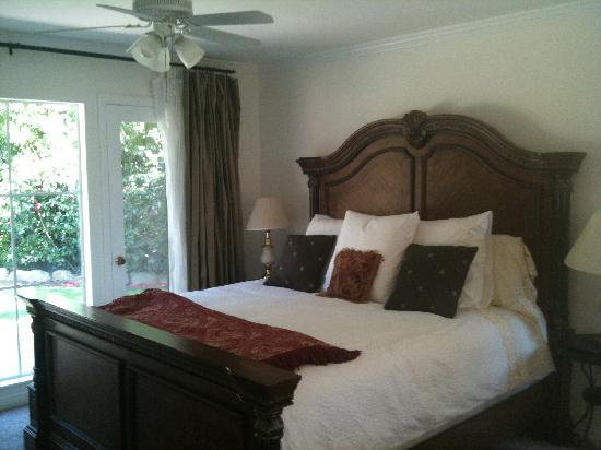 Carla's Cottages: Poolside Bedroom