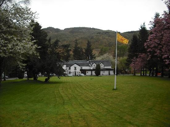 The Brander Lodge Hotel & Bistro: Brander Lodge from the road