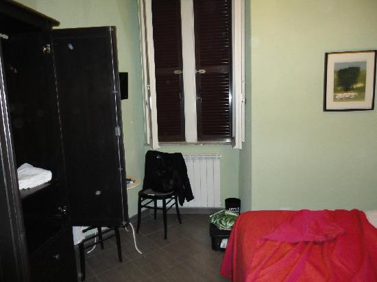 B&B 94 Rooms Vatican-Scipioni: Matrimonial room with small table behind the closet